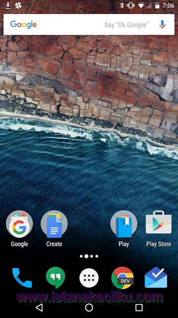 Google telah mengambil beberapa fitur dari Apple yaitu sistem folder untuk Marshmallow. Menyesuaikan layout ponsel Anda dengan mengatur aplikasi ke dalam menu tunggal yang bekerja seperti halnya di iOS Apple iPhone.  Tekan dan tahan pada sebuah aplikasi, seret dan lepas di atas aplikasi yang lain dan itu akan membuat satu folder baru yang dapat Anda namai sesuka Anda.  Menyesuaikan wallpaper adalah hal yang sangat sederhana, cukup menekan di bagian mana pun yang bebas dari layar ponsel Anda, dan menekan pilihan wallpaper di menu yang muncul di layar. Hal yang sama berlaku untuk setiap widget yang ingin Anda tambahkan ke layar utama atau Home Anda.