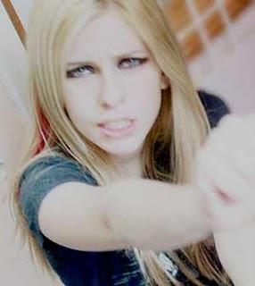 Parece Avril né , mas é outra menina, e essa mora no Brasil. Daí você vê  que não é tão difícil encontrar pessoas iguais. b7397a61af
