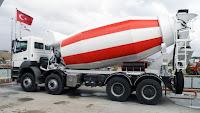 Kırkayak bir kamyon arkasındaki hazır beton taşıma mikseri