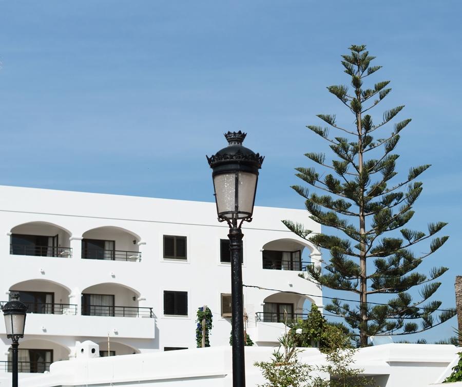 Blog + Fotografie by it's me! - Reisen - La Isla Blanca Ibiza, Santa Eularia - weißes Gebäude vor strahlendem Sommerhimmel