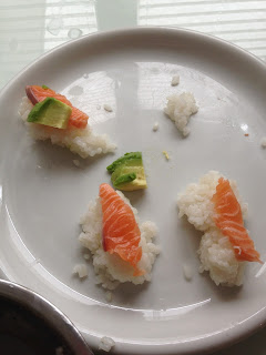Kinder helfen in der Küche: Sushi machen