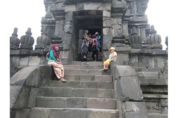 anak dan istri asik di tangga prambanan