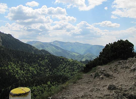 Widok ze szczytu Małego Rozsutca w kierunku Wielkiego Krywania (słow. Veľký Kriváň, 1709 m n.p.m.).