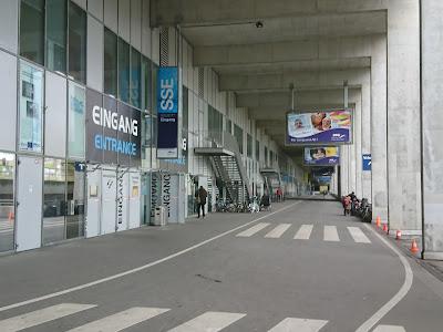 Weg / Straße entlang der Schwimm- und Sprunghalle im Europapark