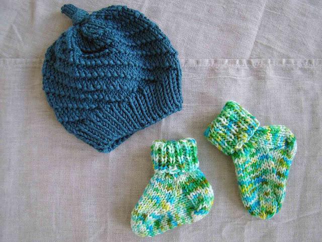 ensemble bonnet et chaussettes pour bébé en tricot
