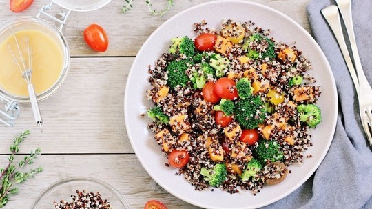 Sally bees nutrilicious light healthy lunch idea from the bikini light healthy lunch idea from the bikini promise plan quinoa salad with cherry tomatoes and broccoli sisterspd