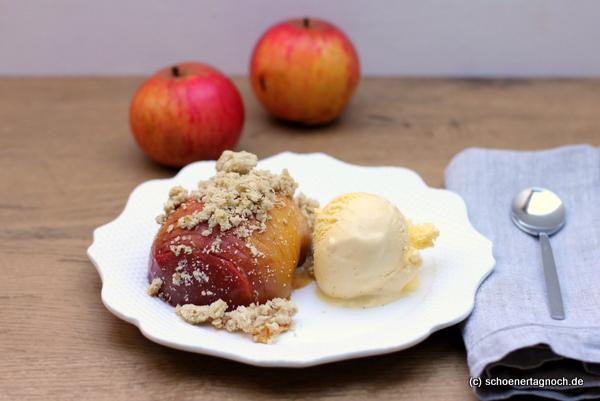 Gefächerter Bratapfel mit Streuseln und Vanilleeis