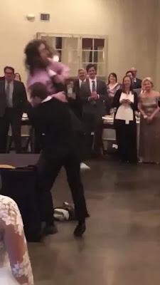 Hilarante pelea de boda estilo WWE