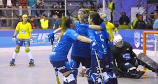 Abrazo de águilas. Las jugadoras argentinas celebran uno de los catorce tantos (14-0) que convirtieron anoche en Iquique, cerrando la jornada en el clásico sudamericano ante Brasil.