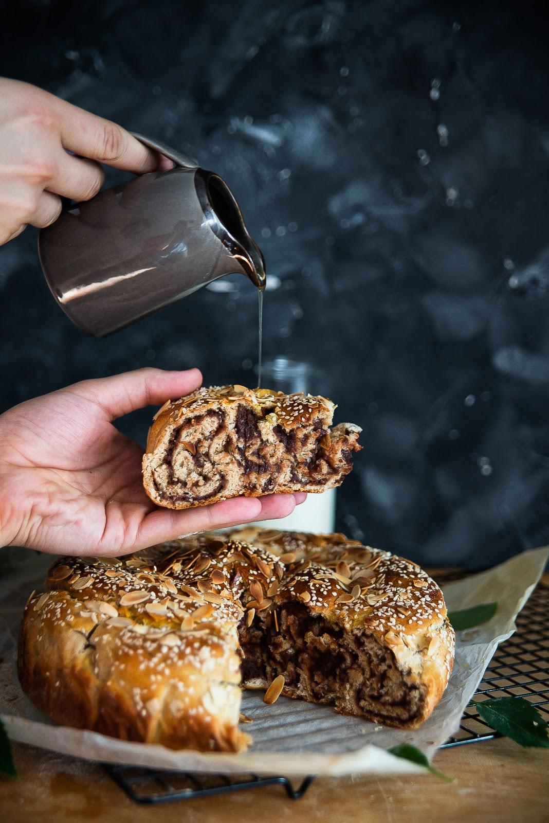 Drożdżowe ciasto orkiszowo-żytnie z czekoladą z daktyli