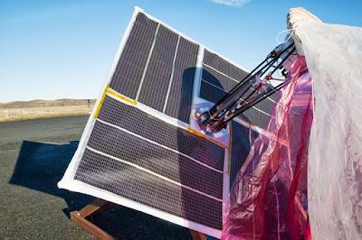 balon google dilengkapi panel surya untuk menyimpan listrik saat mengudara