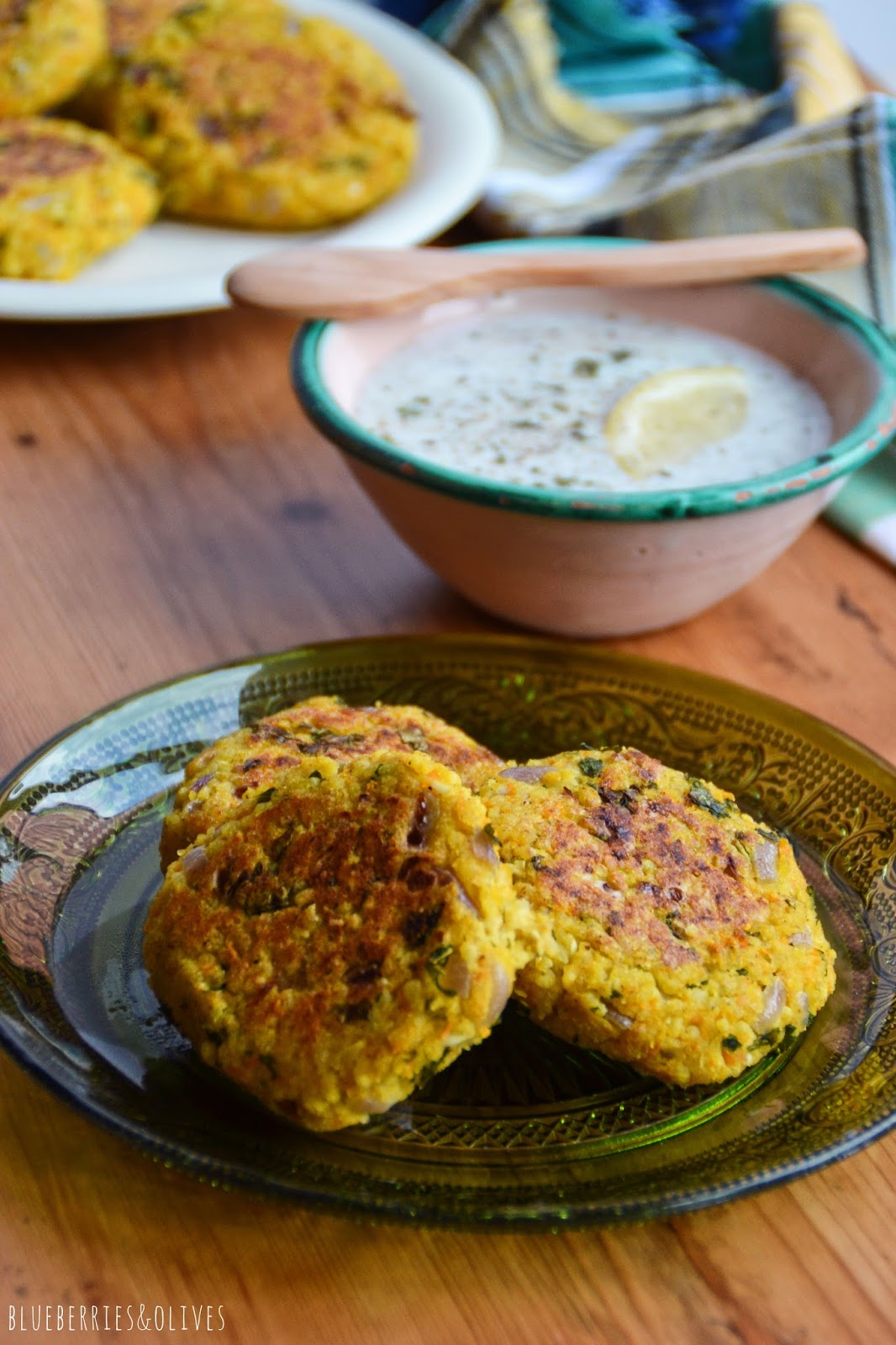 MILLET VEGGIE BURGERS WITH CURRY AND A YOGURT SAUCE (GF, LF, VGT)ç