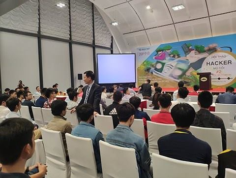 Bộ trưởng Nguyễn Mạnh Hùng giao lưu với các bạn trẻ làm về lĩnh vực an ninh mạng