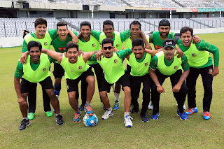 nasir hossain with bangladeshi crickters palying football