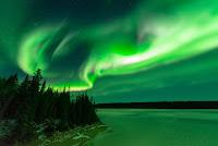 Zorza polarna w noc z 7 na 8 października. Nad Jeziorem Grosbeak w Kanadzie. Credit: John McKinnon