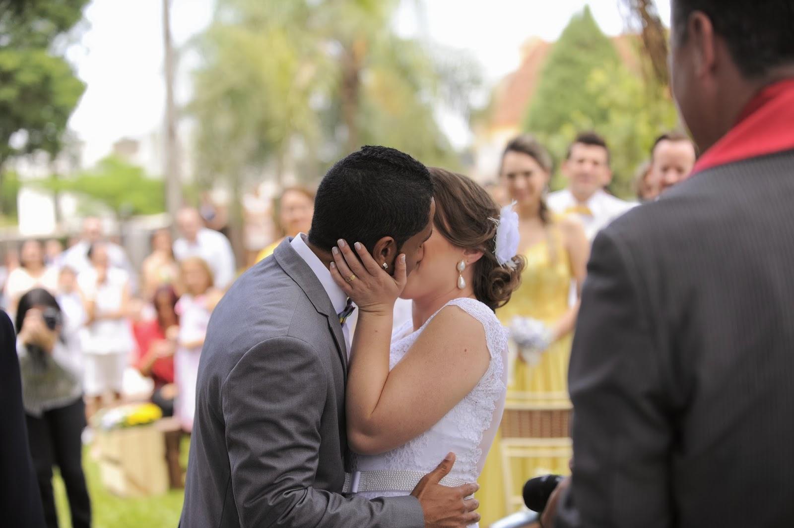 cerimonia-primeiro-beijo-casamento-dia-azul-amarelo