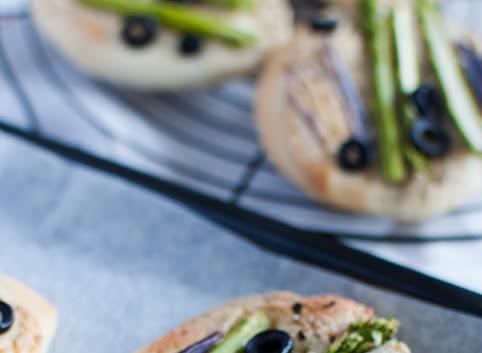 Mini pizze (pizzerki) z serkiem z nerkowców i zielonymi szparagami
