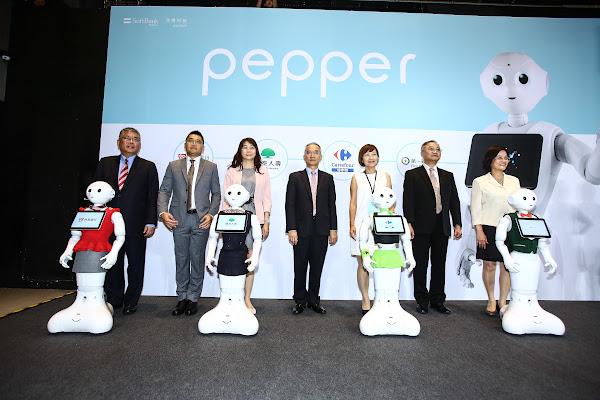台新銀行、國泰人壽、家樂福、第一銀行所「聘用」的Pepper各自穿上各自所屬企業的制服。圖片來源:蔡仁譯攝影。