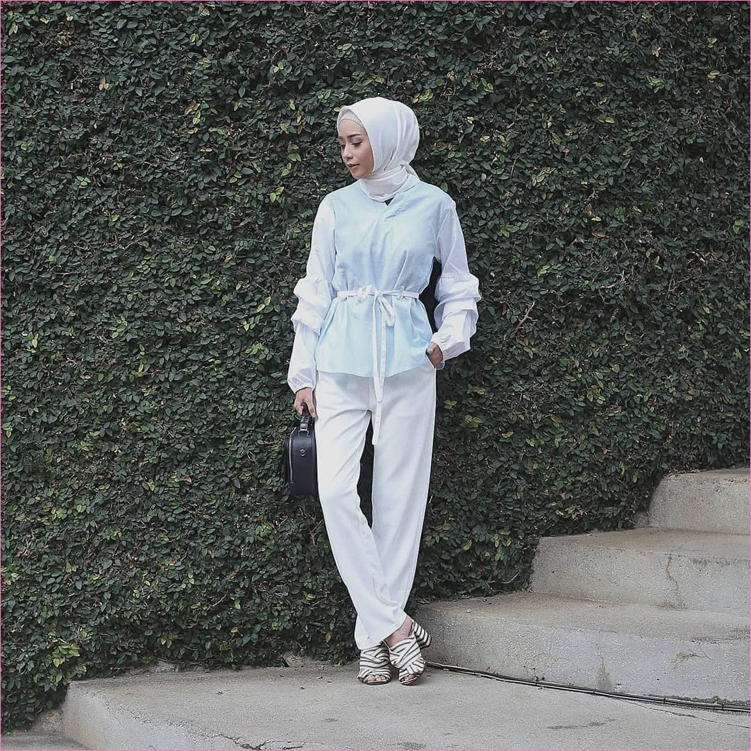 Outfit Baju Top  Blouse Untuk Hijabers Ala Selebgram 2018 blouse ikat biru muda pastel segiempat hijab square bahan satin ciput rajut pallazo celana cullotes putih wedges high heels stripes hitam handbags ootd trendy tangga