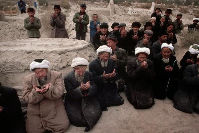Astaghfirullah... Hanya karena Amati Hilal, Pemerintah China Hukum 100 Warga Muslim Uighur