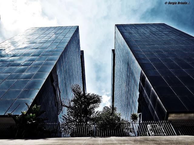 Perspectiva inferior das Torres Jorge Flores e Luis Simões Lopes - FGV - Avenida Paulista