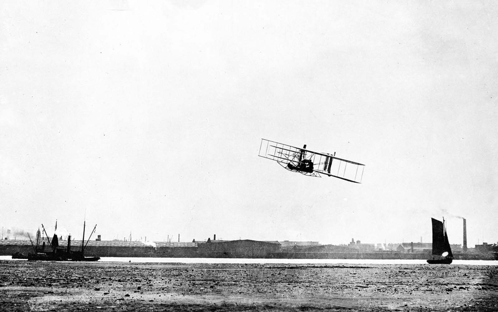 Wilbur Wright makes a 33-minute-long flight during the Hudson-Fulton Celebration in New York in 1909. Wright started from Governors Island to fly up the Hudson River to Grant's Tomb and back, a feat witnessed by hundreds of thousands of New York residents.