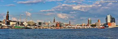 Hamburg Skyline Panorama vom Hafen mit Michel und Elbphilharmonie