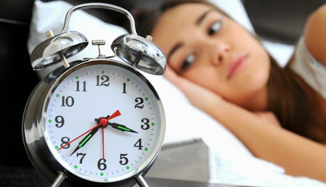 Jangan terlalu sering atau sama sekali melihat jam sebelum tidur