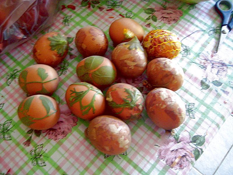 Jaja spremna za bojenje u lukovini