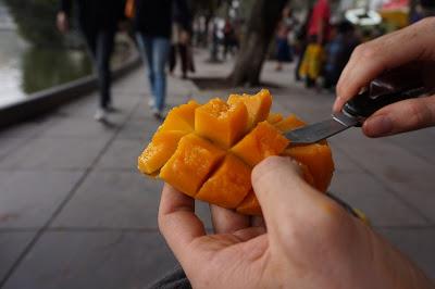 Come siempre fruta pelada por ti mismo/a en países del Sur.
