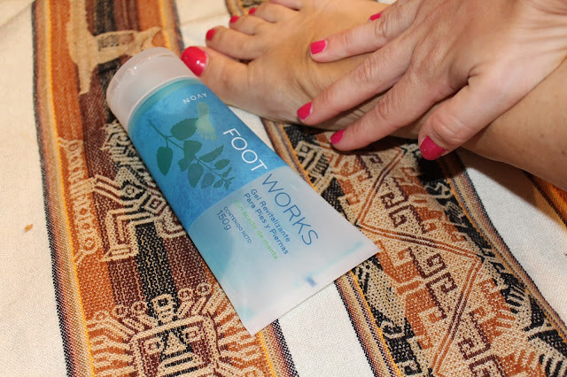 Avon Foot Works gel revitalizante para piernas y pies