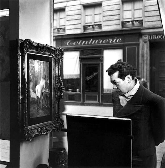 Robert Doisneau: Un regard oblique devant la boutique de Romi, rue de Seine, Paris