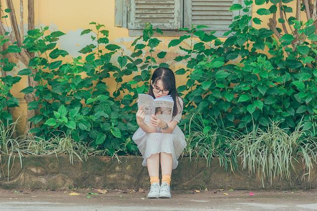 literatursommer-kinder-und-jugendliteratursommer-maedchenbuecher-jungenbuecher-lesendes-maedchen