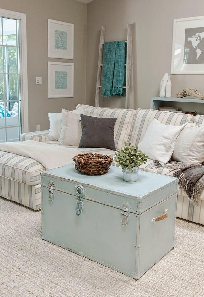 un bal con un azul cielo es ideal para una sala con colores claros como podemos ver aqu