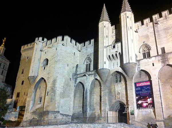 El Palacio de los Papas de noche