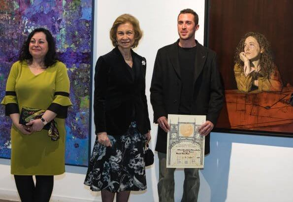 Artist Manuel Diaz Mere. Queen Sofia Paint and Sculpture Award. The queen wore a floral print dress by Adolfo Domínguez