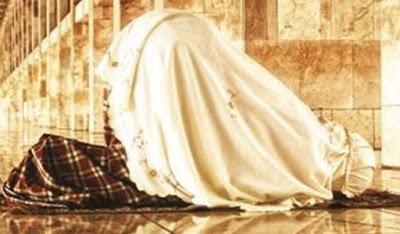 Aurat Wanita kelihatan Saat shalat, batalkah Shalatnya?
