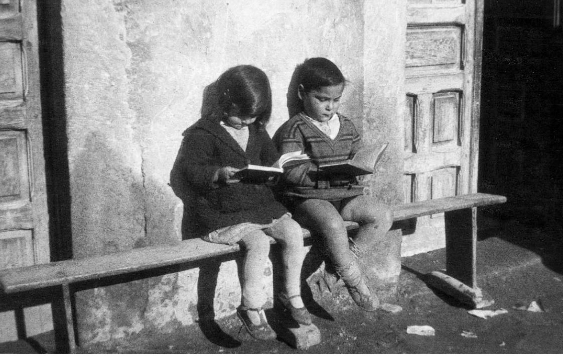 Mujer Leyendo El Libro En Blanco En El Jardín: Asociación Colegial De Escritores De España. Delegación