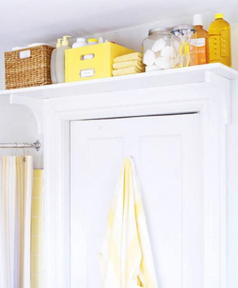 solution gain de place pour la salle de bain étagère au dessus de la porte
