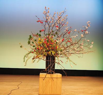 自由花でステージ花を生けました。依頼可能です。幅2mです。