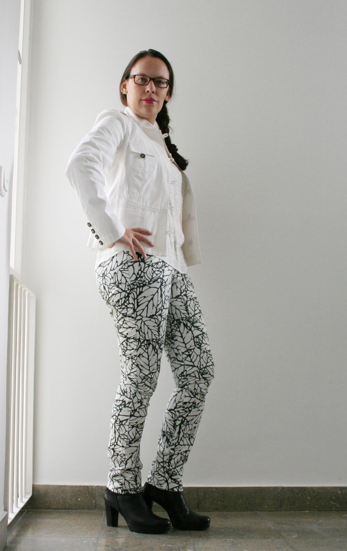 hell im herbst: weiße jacke mit musterhose kombiniert – elablogt
