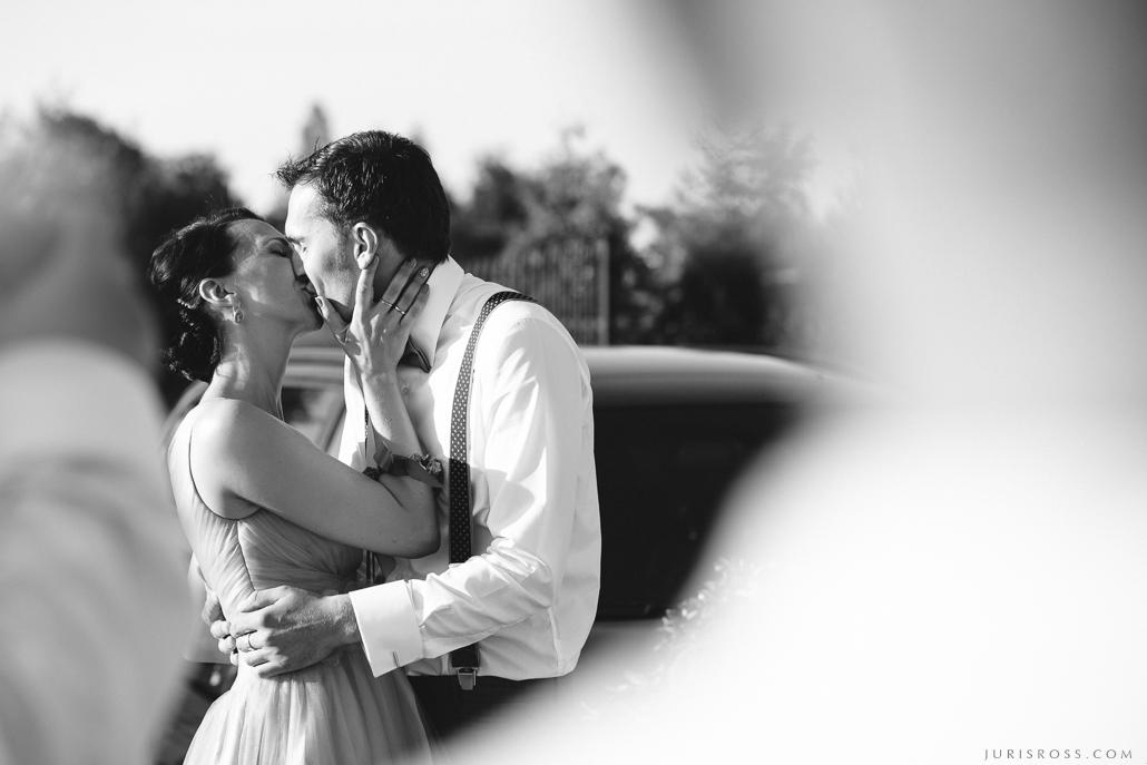 kaislīgs skūpsts vedēji kāzās