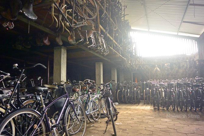 Masuk ke dalam tempat koleksi sepeda