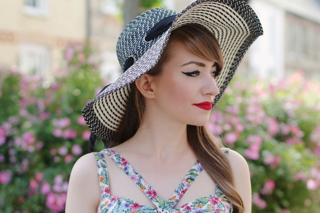 Floppy sunhat and floral top