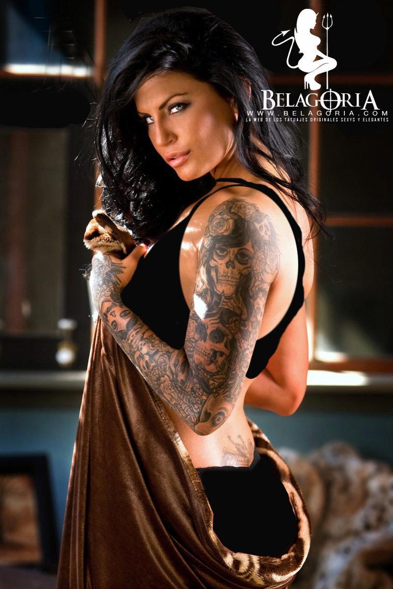 Vemos a una chica con tatuaje de calabera en el brazo