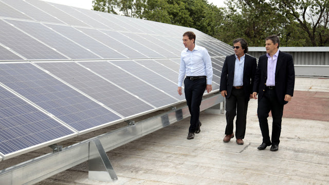 """Santilli visitó el peaje Parque Avellaneda, que cuenta con paneles solares: """"Es un paso gigante hacia una ciudad verde"""""""