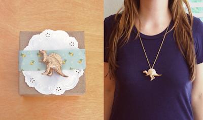Collar con dinosaurio de plástico dorado