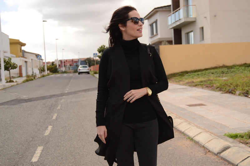 black-outfit-zara-suede-vest-street-style