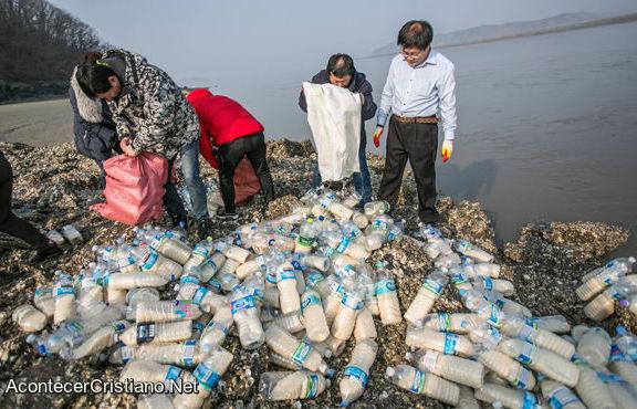 Cristianos envían botellas con arroz para norcoreanos