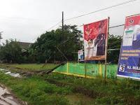 Duh, Belasan Baliho Caleg Rubuhkan Pagar Lapangan Sepak Bola Desa Kabba